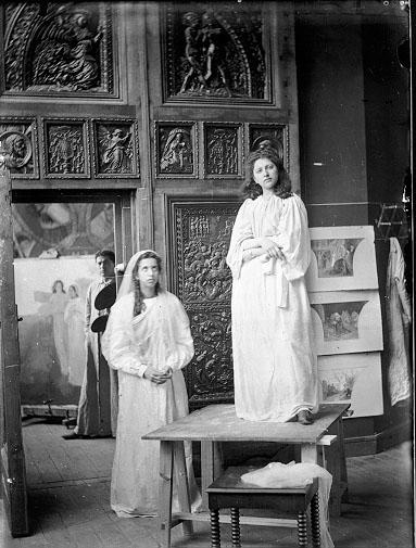 Al fondo, Félix Granda con la paleta de pintor, y en primer plano sus hermanas Cándida y María. Hacia 1905