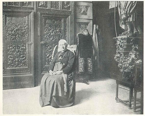 Mons. José María Cos y Macho, en el Hotel de las Rosas, hacia 1910. A la derecha puede observarse la escultura de San Joaquín, entonces atribuida a Juan de Juni, que aún hoy se conserva en Talleres de Arte Granda.