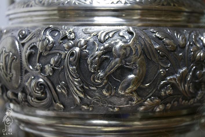 Detalle de una de las piezas, con un grifo entre los roleos de acanto.