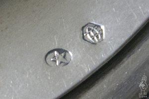 Marca n.º 5 de los Talleres de Arte de Félix Granda, y contraste, estampados en la tapa de la cafetera.